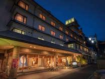 磐梯熱海駅から歩いて約3分、山あいに立地するアクセスのよい温泉旅館です。