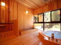 【別館つばき】広々とした2つの浴槽(にごり湯の寝湯&ジャグジー)のある半露天風呂です。
