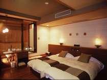 露天風呂付特別室のベッドルームです。夜はこんな雰囲気になります。。