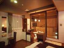露天風呂付客室ベッドルームから檜のお風呂へと繋がっています。