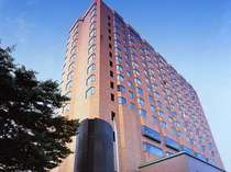 【ホテル外観】古都の景観にマッチするレンガ色の外観。1Fはスターバックス
