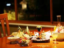 ホテル内の加賀料理「金茶寮」のご夕食シーンより。ホテルでごゆっくりお過ごし頂けます。