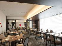 マレ・ドールでの朝食ビュッフェ。朝日が差し込む明るく爽やかな空間で、たっぷりとエネルギーをチャージ!