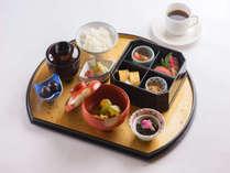 加賀の料亭【金茶寮】の和朝食御膳。ほっこりと優しい味わいで朝をゆっくりとお過ごしください。
