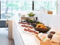 【クラブラウンジ】朝食は、個人盛料理と元卓料理のハーフビュッフェ形式となります。