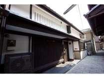 石畳とお稲荷さんが迎えてくれる、京町家の宿。