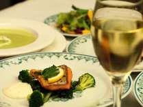 夕食一例。ソムリエのオーナーが本日のお料理に合うワインをアドバイスいたします。