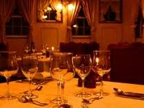 シックなレストランで、オーナーオススメワインを傾けながら大人な夜を。