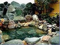 温泉の露天風呂でのんびりとくつろいでください