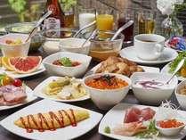 ■料理長自慢のオムレツ、焼き立てパン、海鮮丼もご用意。