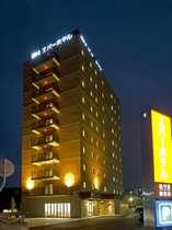 夜空に一際鮮やかに浮かび上がるホテルのLED看板