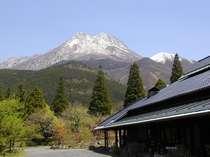 雪景色をした由布岳とロビー棟