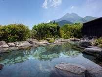 ■由布岳を眺望し、美しい大自然の開放感あふれる大露天風呂。