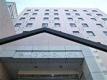 大和駅小田急側改札口より徒歩2分・駐車場はホテル入り口右側になります。