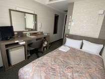 シングルルームには、セミダブルサイズのベットと広いデスク