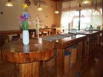 杉で作られた食堂テーブル