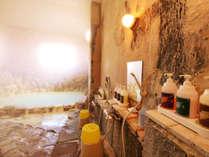 洞窟のような浴室に立ち込める源泉湯気、気分から既に「効きそう」