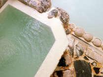 【女湯】この白濁色の湯こそ、「霊泉・若鹿の湯」の源泉の証