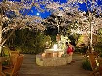 春は夜桜を楽しみながら薩摩焼酎を楽しめるテーブル付き足湯
