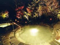 露天風呂『霧乃溶岩風呂』外風呂には溶岩を使ったジャグジー風呂があり四季折々の風景をお楽しみ頂けます