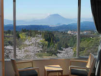 【桜島を望むモダン和室】窓からは眼下に広がる絶景。快晴時には桜島も望める人気のお部屋です。