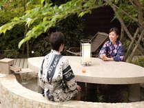 霧島唯一のテーブル付き足湯では焼酎やカクテルをご堪能できます。家族や友人と是非ご利用下さい♪