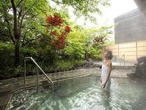 桜島の溶岩を使った『霧乃溶岩露天風呂』。秋には紅葉も♪美しい自然と上質温泉をお楽しみください。