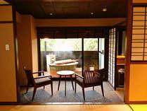 H24.11/28オープンの露天風呂付客室で、開放的な露天風呂をお楽しみください。源泉かけ流しです。