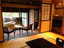 H24.11/28オープンの露天風呂付客室。開放的な露天の陶器風呂は源泉かけ流し
