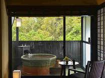 禁煙露天風呂付モダン和室。開放的な露天の陶器風呂に、かけ流しの源泉が絶え間なく注がれます