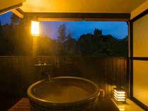 【露天風呂付モダン和室】露天風呂と洗い場は畳敷き!快適安全にいつでも温泉をお楽しみください♪