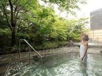 桜島の溶岩を使った『霧乃溶岩露天風呂』。緑を眺めながら霧島の上質温泉をゆったりとお楽しみください。