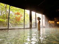 露天風呂併設の内湯からも美しい自然に癒されます♪秋には紅葉と緑のコントラストが美しい・・・