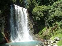 """【丸尾滝】近隣温泉の温泉水を集めて流れる珍しい""""湯の滝""""。当館から徒歩約15分。"""