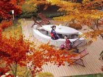 秋にはウッドテラスで足湯に浸かりながら紅葉狩りも☆例年の紅葉の見頃は11月初旬~下旬です。