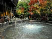 露天風呂には溶岩を使ったジャグジー風呂が☆秋には紅葉を眺めながら温泉をお楽しみ頂けます♪