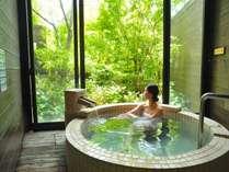 【貸切風呂】源泉かけながしの温泉♪大きな窓からは、大自然の四季を愉しめます。