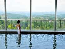 晴天時には桜島を望める絶景の展望風呂。