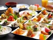 朝食バイキング。多種多様な食材で、楽しいビュッフェスタイルです。