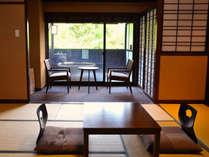 趣の異なる客室と源泉かけ流がしの露天風呂付客室。日本らしさを意識したモダンな空間。