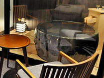 プライベートな空間に配した色や形の異なる陶器風呂と大切な時間をゆったりと過ごせるお部屋。