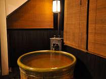 いつでも入れる『源泉かけ流しの温泉』が客室に!開放的な造りの露天風呂。