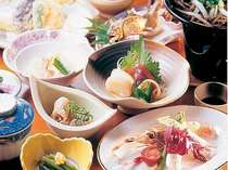 夕食は若旦那手作りの和食膳。季節ごとに自家製の野菜なども盛り込まれる(一例)