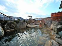 【男性用露天風呂・冬】ゆったりと大きめの湯船で、お客様から人気です※20時まで利用できます。