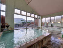 【男性用大浴場(24時間入浴OK)】雄々しい山々を望みながら当館の湯をじ~っくりとお楽しみ下さい。