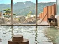 【女性用大浴場(24時間入浴OK)】窓が大きくゆったりと温泉を楽しめる。外には大きな岩風呂も!