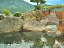 【露天風呂・男性用】湯船の広さと大きな岩に驚かれるお客様も多いです。手すり付きなのでゆっくりどうぞ