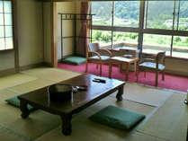 【客室例】東鳴子温泉街と山々を望むお部屋です