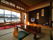 【客室例】東鳴子温泉街と山々を望むお部屋。到着してすぐひと休みできるようお布団は先にご用意しています