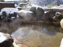 【男性用露天風呂・冬】雪景色を眺めながら露天風呂で温泉を※20時まで利用できます。